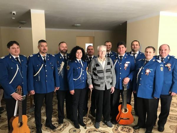 Jandarm sătmărean de 97 de ani colindat de către Corala Jandarmeriei Satu Mare
