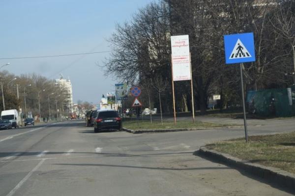Indicatoare ,,Drum cu denivelări,, pe artera principală ce străbate municipiul Carei