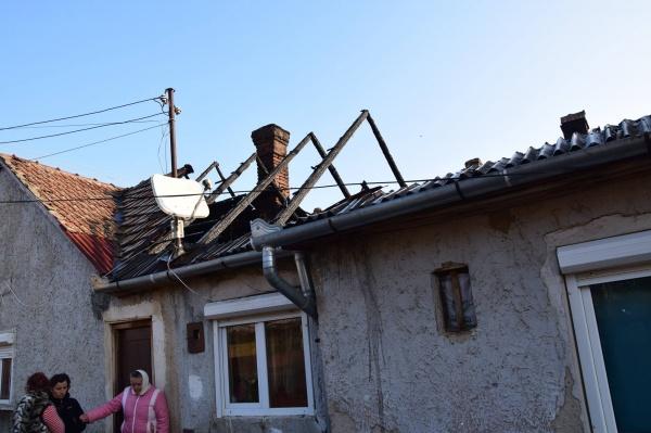 Preotul Valer vizitează familia greu încercată de incendiu