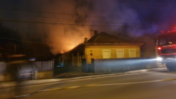 Incendiu puternic la 2 case de locuit din Carei