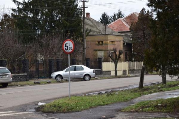 Pe strada primarului din Carei e interzis traficul greu