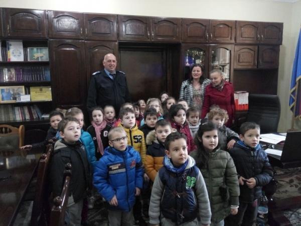 Zâmbete şi glasuri de copii în curtea Jandarmeriei