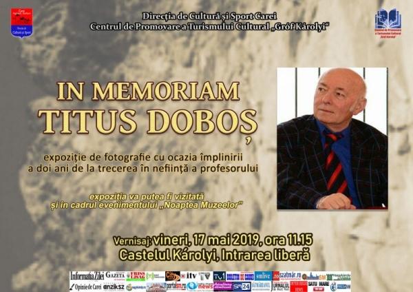 Titus Doboș zâmbește în expoziția fotografică