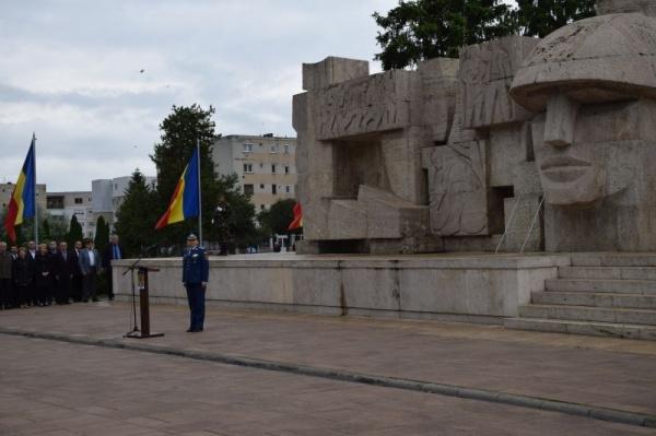 Onor la Monumentul Ostașului Român din Carei