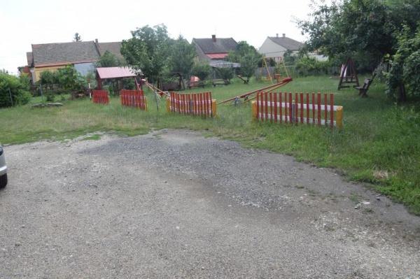 Pensionarul care reabilitează locul de joacă din cartierul Republicii și detaliile despre proprietarii terenului