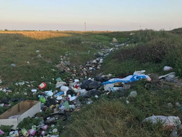 Cititorii semnalează apariția unei gropi de gunoi lângă Berveni