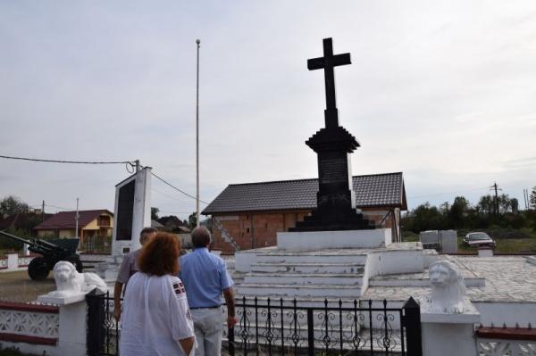 O rugăciune la Monumentul Eroilor din Satulung