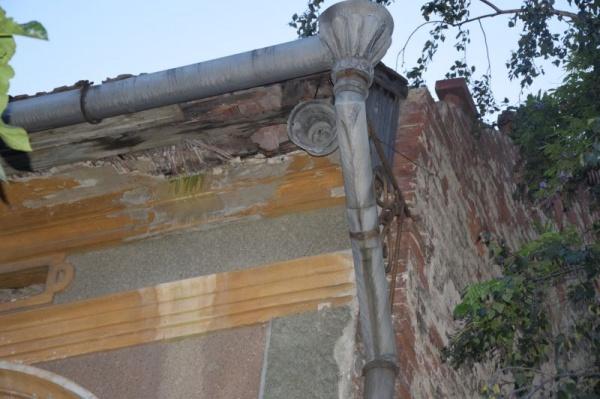 Cad cărămizi și țigle de pe casele vechi. Hotărâre de Consiliu Local nepusă în practică de UAT Municipiul Carei