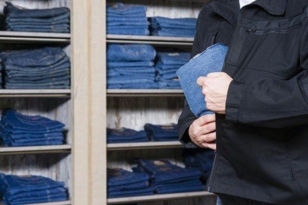 Hoț de haine prins de un jandarm în timpul liber