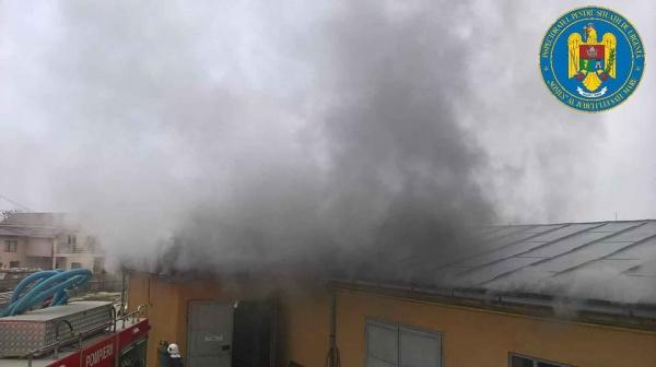 Incendiu la acoperişul unui atelier de confecţii metalice