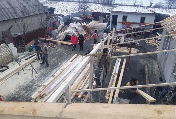 Clacă la Lucăceni pentru reconstrucția casei distruse de incendiu