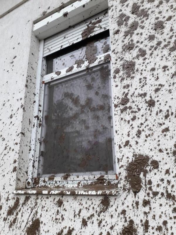 Cine plăteşte pagubele? Fațada unei case de locuit din Carei împroșcată cu noroi
