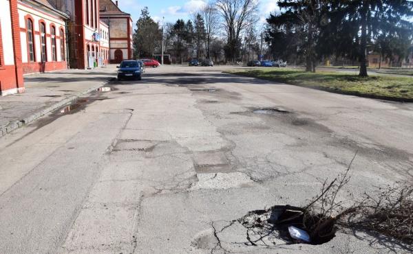 Primăria Carei refuză să repare groapa din asfalt