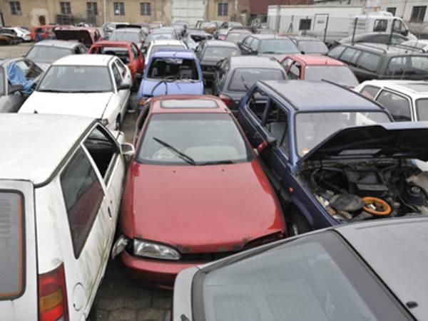Cedează Guvernul la presiunea străzii? Taxa auto pentru maşinile vechi – amânată până in 2013