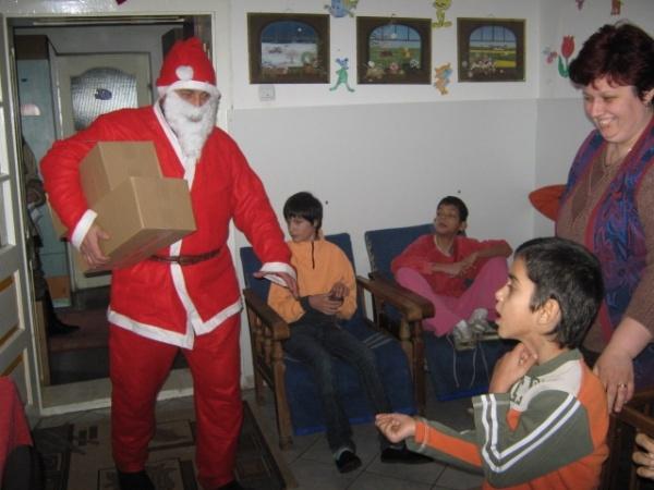Cadouri împărţite de Moş Nicolae