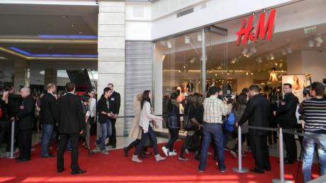 Clienţii H&M la deschidere: De banii ăştia, îmi cumpăram de-afară de trei ori mai multe haine