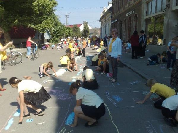 Desene pe asfalt cu Organizaţia Femeilor liberale