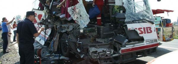 Patru români morţi în Ungaria şi alţi 23 răniţi, după ce autocarul în care se aflau s-a ciocnit cu un tir
