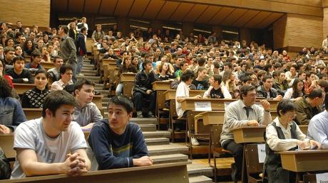 Studenţii se plâng de taxele mari din noul an universitar