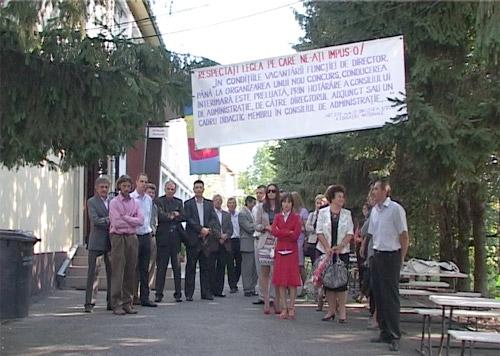 """Dascălii de la Grupul Școlar""""Ioniță G. Andron"""" continuă protestele"""