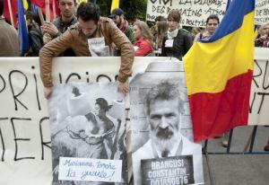 Stoparea etichetării şi jignirii poporului român, cerută în faţa Ambasadei Franţei la Bucureşti