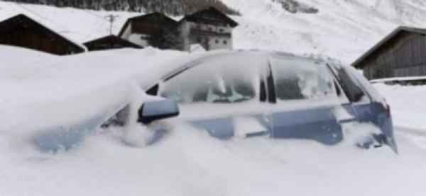 Sute de români şi cel puţin şase autocare BLOCATE în Ungaria din cauza vremii