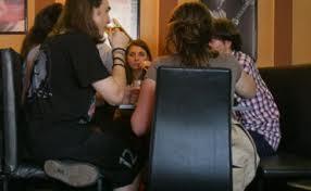 14 elevi găsiţi în bar în timpul orelor