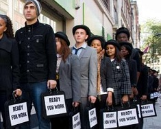 Noul defavorizat: tânăr, sărac, tânăr, şomer. O paralelă UK-România