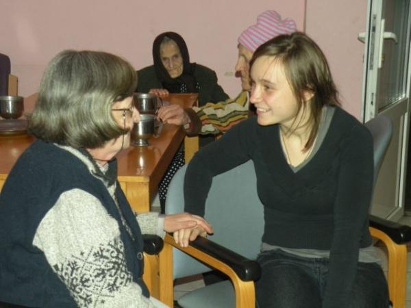 Voluntare la Azilul de bătrâni