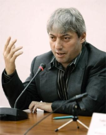 """""""Adevărata faţă a lui Traian Băsescu"""" s-a cumpărat cu duba"""