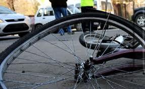 Biciclistă accidentată  în urma ciocnirii a două maşini la Carei