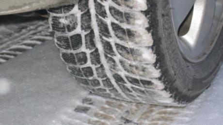 Atenţie şoferi! Nu plecaţi la drum fără să vă echipaţi maşinile de iarnă