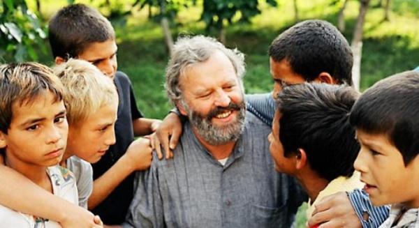"""Un călugăr austriac a făcut timp de 20 de ani experimente pe """"copiii din canale"""" de la Gara de Nord. Rezultatul îţi dă fiori"""