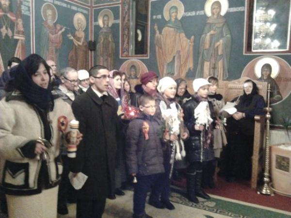 Colindători   careieni şi sătmăreni în seara de  Crăciun la mănăstire