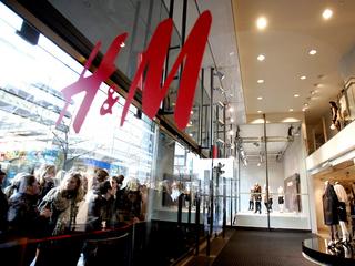 """H&M îşi lansează propriul program """"Rabla"""". Din februarie ia hainele vechi şi oferă bani pentru altele noi"""
