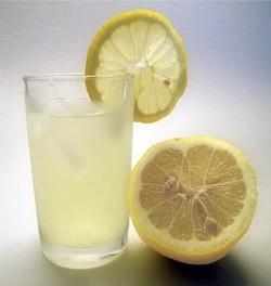 De ce să bei apa cu lămâie