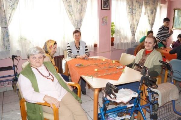Flori pentru locatarele de la Căminul de Bătrâni