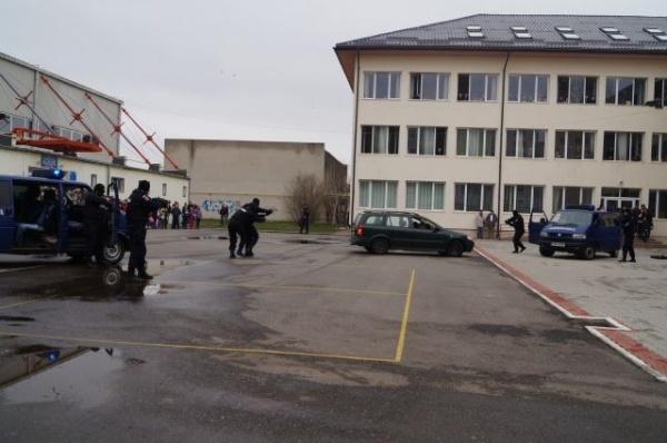 Liceul Teoretic luat cu asalt de jandarmi