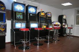 Secretarul unei şcoli a pierdut salariile unor profesori la jocuri de noroc