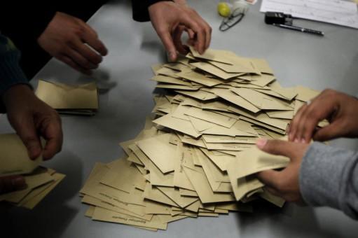 Primăria din Bradu sigilată de mascaţi, edilul acuzat de mită electorală