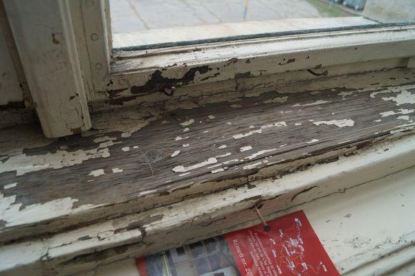 Primăria Carei recunoaşte nevoia schimbării geamurilor care se închid cu cuiul. Şah-mat la fani