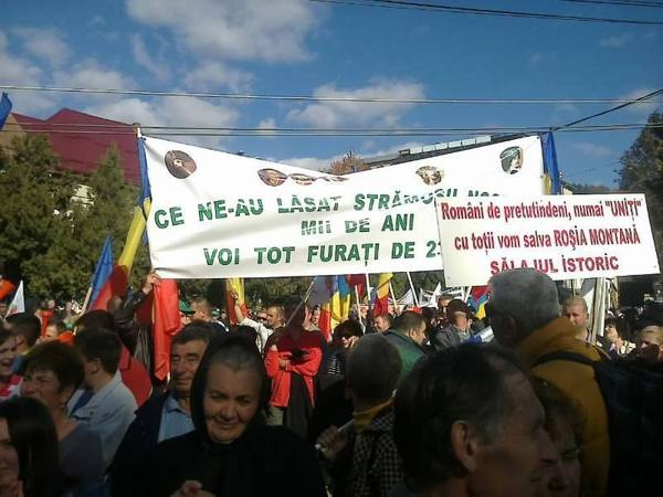Protestatari la adunarea de la Câmpeni