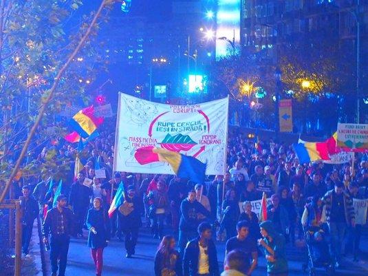 Proteste pentru Roşia Montană: Mii de oameni au mărşăluit în ciuda restricţiilor. Jandarmii au cedat