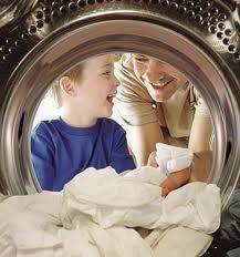 """PERICOLUL din maşina de spălat: Cum ne pot îmbolnăvi hainele """"curate"""""""