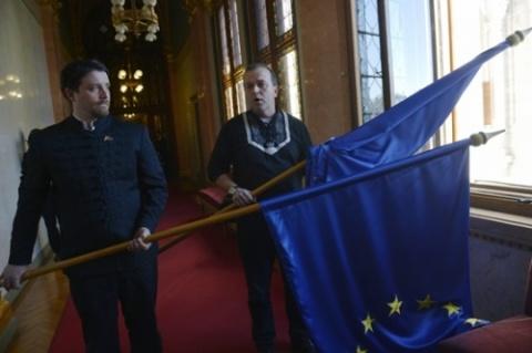 Steagul UE aruncat pe fereastră din parlamentul de la Budapesta