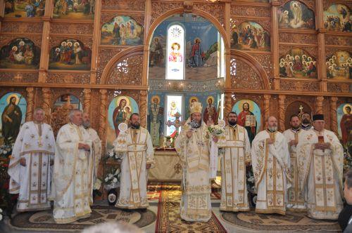 """Preasfinţitul Iustin Sigheteanul a liturghisit în parohia  """"Sf. Gheorghe"""""""