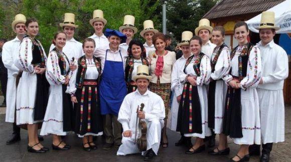 Ana Holdiş Pop şi ansamblu Ceatăra din Carei la emisiunea ,,Tradiţii de la bunica''