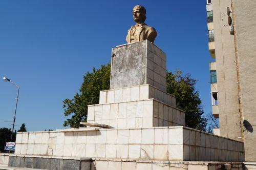 Atenţie! Cad plăci de pe monumentele româneşti din Carei