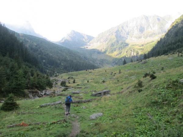 Peisajul minunat oferit de două dintre cele mai izolate vârfuri din România
