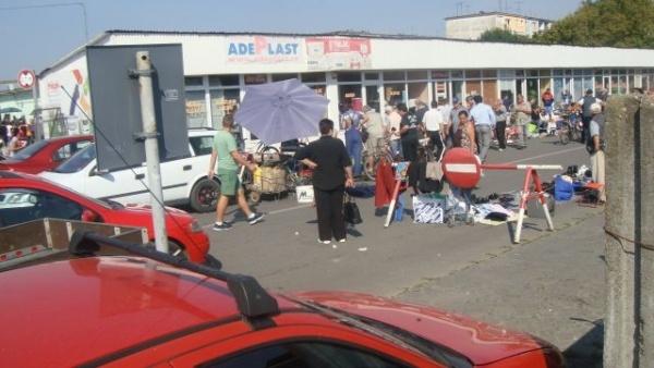Lovitură de teatru: comercianţii reclamă proastele condiţii din talciocul  stradal careian